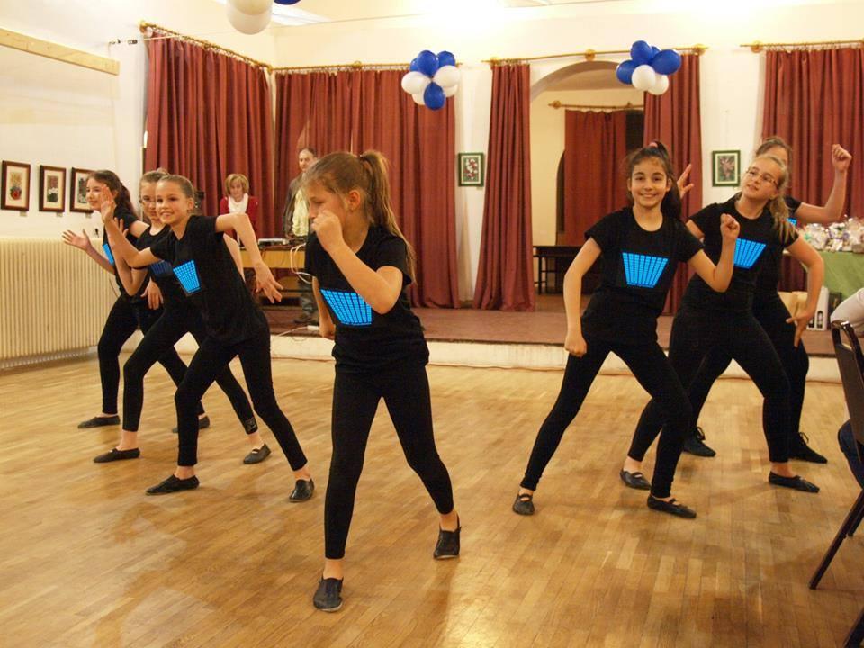 Csillag Show Tánc Egyesület táncosai világító pólóban