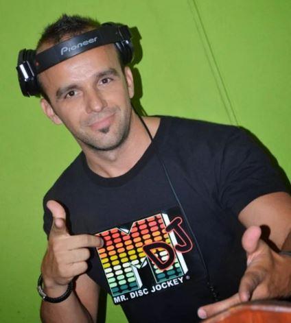 Szekeres Tamás, DJ T-boy világító pólóban